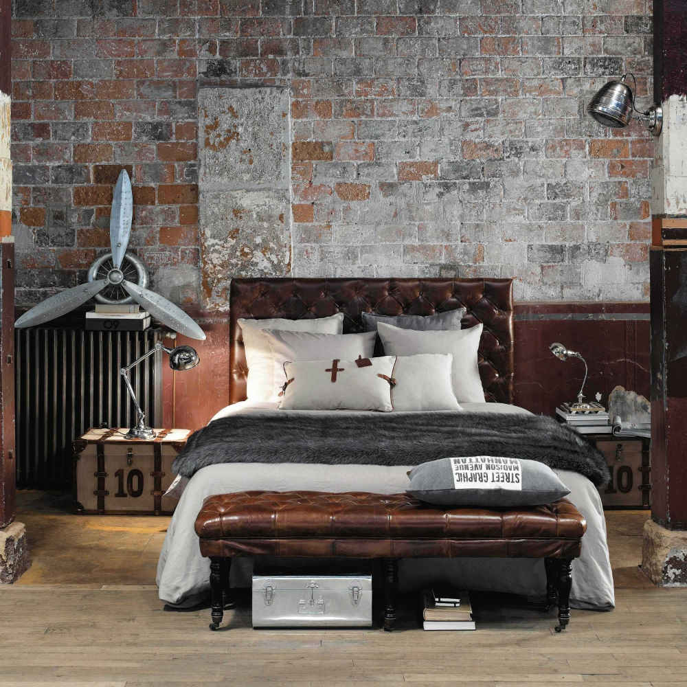 bout de lit capitonn cuir vintage maisons du monde. Black Bedroom Furniture Sets. Home Design Ideas